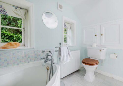 1st Floor corner bath with separate shower in New forest holiday cottage Beck Cottage