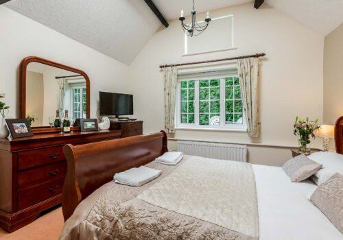 New Forest Self catering Criddlestyle cottage with sleigh bed