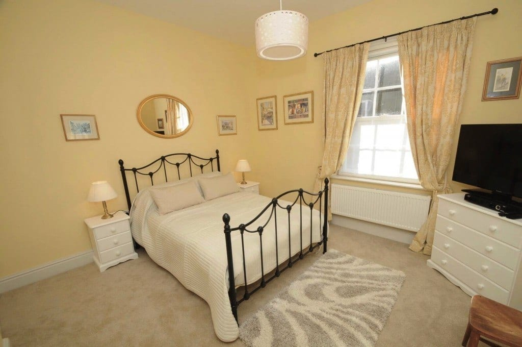 First Floor spacious double bedroom in Christchurch Holiday Let