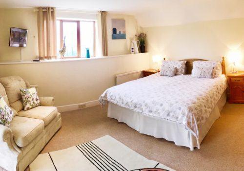 Superking bedroom with en-suite bathroom