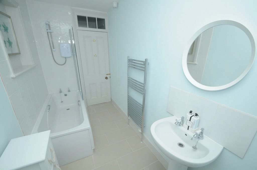 En-suite bathroom in Quay Corner, Dorset holiday let